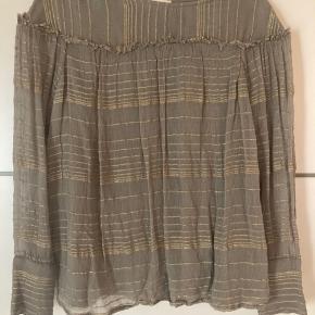 Skøn bluse fra DAY. Brugt 2 gange, fremstår som ny. Super sød med de fineste guldtråde. Minder om Buch/boheme stilen 💕  #Secondchancesummer