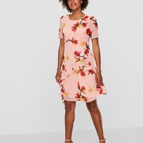 Super udsalg.... Jeg har ryddet ud i klædeskabet og fundet en masse flotte ting som sælges billigt, finder du flere ting, giver jeg gerne et godt tilbud..............  Smuk kjole - aldrig brugt Købt for lille   .. Blomstret kortærmet kjole  Rund hals  Lynlås på ryggen  Flæser på skørtet  Polyesterlag indvendig  Almindelig pasform  Længde: 95 cm i en størrelse S  Modellen er 180 cm høj og er iført en størrelse S  Ydermateriale: 100% Polyester, For: 100% Polyester .