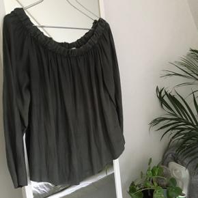 Jeg sælger denne flotte off shoulder bluse. Nyprisen var 400, kom ellers gerne med et bud 🌟