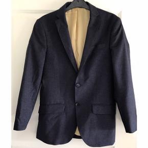 Bertoni blazer str. 44. Blazer i fantastisk kvalitet - 96% virgin wool, 2% silke og 2% nylon. Modellen hedder 'Bertoni White Collection' - Andersen 1180'. Aldrig brugt.