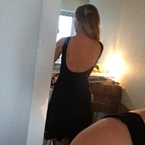 Flot sort kjole med dyb ryg i elastisk stof 😊
