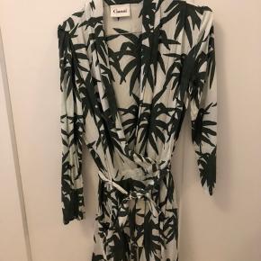 Ganni Jungle skjortekjole/kimono. Slå-om kjole i fint palmeprint fra Ganni, med trykknapper og tilhørende bindebånd. Fejler intet, ikke brugt ret mange gange og kun vasket en enkelt gang.