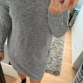 """Fnulret og derfor prisen. Fin strik kjole.  Pris fast uden fragt. Ingen ydeligere billeder  Brug gerne """"køb nu"""""""