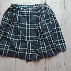 Ternet nederdel. Nederdelen er en slå-om nederdel, den er lårkort og i school girl stil. Der står ikke størrelse i, men jeg vil sige at den svarer til en XS.