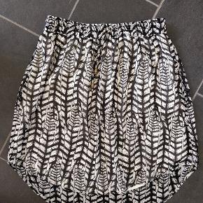 Sød nederdel i let materiale, bindebånd i taljen.