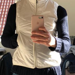 Flot hvid dunvest fra H2O. Er vist en str xs men small passer også fint. Lettere tyk trøje kan man godt have på indenunder som på billedet. Har ingen fejl eller mangler. Savner en ny ejer 🤗