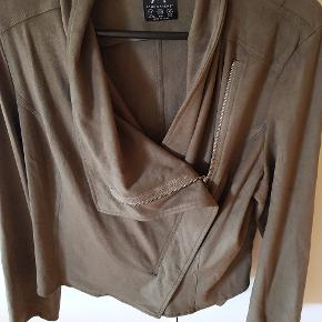 Super fin jakke med lynlås, i kunst ruskind. Passer til alle modefarver lige nu.