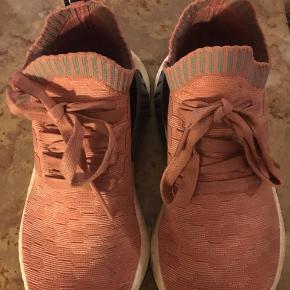 Adidas NMD ultra boost model i rosafarvet strikmateriale. Brug meget lidt, men mangler desværre indlægssåler så derfor sælges de billigt. Kom med et bud. NP: 1500kr