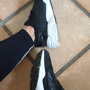 Puma Stampd sneakers, sort hvide. Herremodel, men passer til begge køn😊 Brugt men i pæn stand.