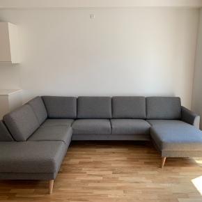 Denne lækre chaiselong sofa fra Ilva er kun 5 måneder gammel og ligeså god som ny. Ved køb af denne sofa hører der 1,5 års garanti med.  Sofaen er nem at skille ad og skal selv afhentes.  Ny pris for sofaen er 11.999 kr.