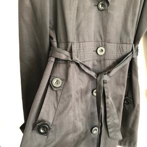 Sort jakke fra Oxmo med bælte og lommer