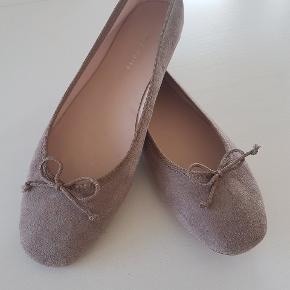 Skøn ballerina fra Mint &  Berry, købt i Berlin. Aldrig brugt.  Farven er baige brun,og i noget a la ruskind.  Pris 200. Afhentes i Nørresundby eller sendes med DAO for 37kr