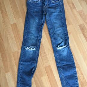 Lækre jeans med slid ved knæerne.