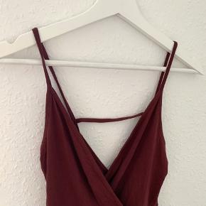 Bordeauxrød bodycon kjole fra ASOS. Brugt en enkelt gang til min dimension i folkeskolen for år tilbage. Har ligget i skuffen lige siden, og fremstår derfor som næsten ny. Fitter en Xs/s. Sælges da jeg ikke får den brugt 🌸
