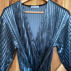 Mega flot sølv/grå buksedragt med bindebånd og lige ben fra zara.   91%polyester 9%elastan.