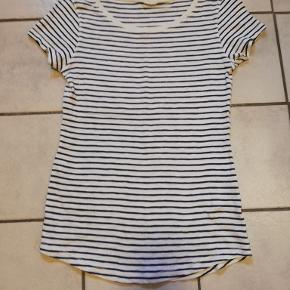 T-shirt med tynde blå striber fra H&M. Mærket er klippet af i nakken, men jeg tror faktisk aldrig den har været brugt. 100% bomuld.