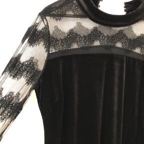Smuk sort velour/blonde kjole. Brystvidde 60 cm, længde 100 cm Str M