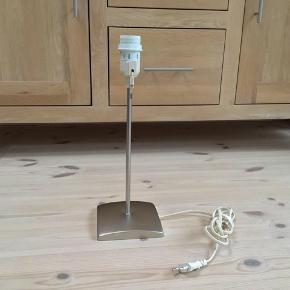 Bordlampe i stål 36 cm høj fungere perfekt