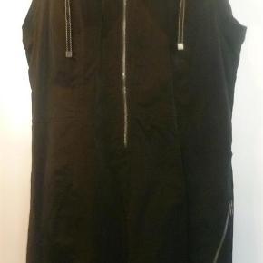 Varetype: Smart Brandtex kjole med fine detaljer Farve: sort  Smart elegant kjole fra Brantex med flere lynlåsdetaljer detaljer.  Kun brugt 1 gang, da den er for stor til min mor.  86 % polyester og 14 % polyamid.  Længde 105 cm Brystmål 56 cm x 2  Hoftemål er 64½ cm x 2.  Sendes med forsikret Daopost for 37 kr for købers regning  BYTTER ALDRIG
