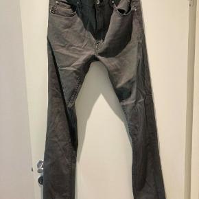 """Jeans, Tiger Of Sweden, str. 34, Mørke grå  Et par jeans fra Tiger Of Sweden Størrelse: 34/32""""  Skriv hvis interesseret. 41 42 41 94  Meget af det tøj jeg sælger, er aldrig blevet brugt. Det har ligget pakket ned i kasser.  •Se mine andre annoncer•"""
