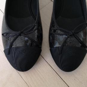 Varetype: ballerina Farve: Sort  Sælger disse klassiske Chanel ballerinaer i sort laklæder med blomster motiv. De er helt nye og fejler absolut intet. Mp 3400 kr. Nypris 590 euro.