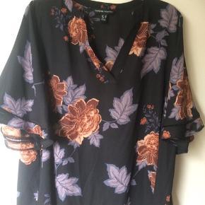 Ny bluse købt på Zalando Brystmålet er 2 x 66 cm Længden er 75 cm