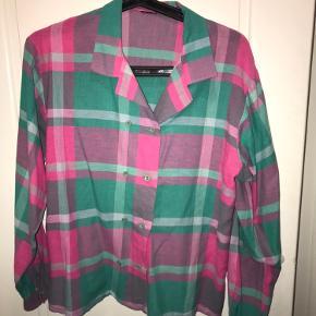 ☘️ En smuk retro skjorte i flot farvespil. Købt i Paris i vintageshop. Flotte detaljer! Obs, den nederst knap har altid manglet, men det har aldrig generet mig ☘️