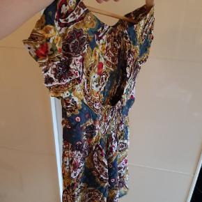 Det her er ryggen, den er åben. Kan sende et billed forfra ved interesse, synes bare ryggen er kjolens fortrin.