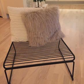 Hay lounge chair. Perfekt stand, ingen brugsspor, fremstår som ny, da kun har stået til pynt.   Kvittering haves ikke da det er en gave.   Nypris 1.499,-