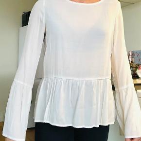 Fin hvid bluse / trøje med peplum i str. m