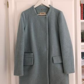 Fin jakke fra ZARA størrelse M. Lyseblå, har lommer. Trænger til at blive renset, blandt andet på ærmet. Prisen er sat herefter.