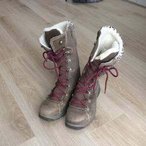 Super lækre vinterstøvler sælges! Aldrig blevet brugt og fejler intet. Np 699kr - mærket B&CO - købt i skoringen for ca 1 år.