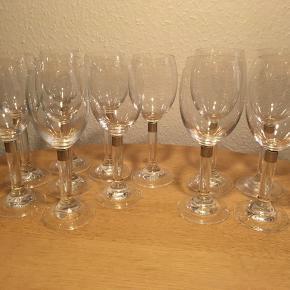 Erik bagger a/s Elegance Hvidvin- og rødvinsglas.   Hvidvinsglas: 8 stk.  Rødvinsglas: 4 stk.   Sælges for 35 kr. stk. eller samlet for 500 kr.   Kan afhentes i Aarhus C