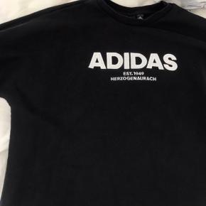 Sælger denne trøje fra Adidas  Den kan sagtens passe en Small også  Prisen kan forhandles😊  Fejler ingen ting overhovedet
