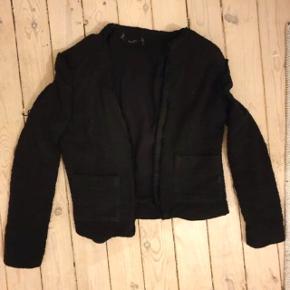 Sælger smuk blazer/jakke i sort fra mango. Str Small.  Jakken er lidt i stil med IRO