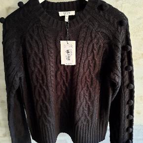 Smuk sweater i sort. Fine detaljer og bomber på ærmerne. Alrig brugt.