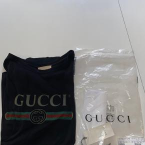 Gucci t-shirt  Størrelse large  Cond 8 (minimale vaskehuller) Alt OG fra deres hjemmeside Hh 1100 900kr budt!    Mp 800   Byd