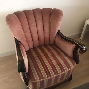 """Sælger min fine vintagestol, da jeg ikke har plads til den i min nye lejlighed.  God stand, dog med en mørkere """"plet"""" bagpå stolen. Komfortabel at sidde i. Lækker farve i en blanding af rosa og laksefarve. Kan afhentes i Solrød."""