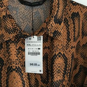 Flot kjole i sort/rust. Knapper hele vejen ned foran. 2 lommer foran og bælte. Aldrig brugt. Brystmål: 57 x 2. Længde: 118 cm