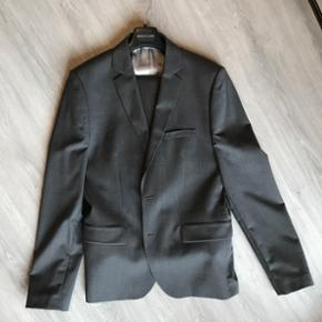 Grå Mads Nørgaard jakkesæt. Jakke 54 buks 54
