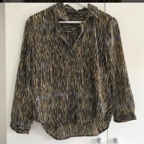 Brugt få gange Fineste skjorte, skal ikke stryges og kan foldes sammen uden at blive krøllet Prisen er FAST og inkluderet fragt med dao
