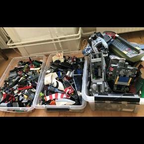 LEGO samling.  Nypris ca. 30.000 kr. Samlet fra ca. 2005-2018.  Star Wars, power miners, både, politi, lufthavn/fly etc.  3 store kasser tilbage. 4 solgt, kun enkelte minifigurer medfølger.  De flade kasser måler 18 cm x 39 cm x 50 cm.  Pris Per kasse 450 kr. - den høje 550 kr. - plus evt Porto 100 kr. Per kasse.