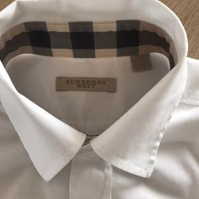 Super fin skjorte. Brugt meget få gange. Str. XS. En meget lille smule mørk i kraven ellers intakt.