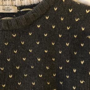 Super lækker sweater fra Mads Nørgaard, lige som ny. Mørk grå med guld detaljer