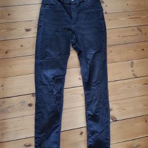 Lækre grå-sorte højtaljede slim jeans med stretch. 80% bomuld/18% polyester/2% elestan.Kun brugt et par gange, så stort set som nye.   Mål Talje: 40cm Numse: 47cm Lår: 27cm Indvendig benlængde: 77cm