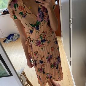 Fejler ingenting udover en sort plet på kjolen bagved :) i kan se det på billedet.