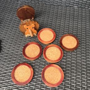 6 skønne træ glasbakker med kork incl sjov holder hvor de kan være samlet i se billede 2                       Samlet pris 135kr mp  Randers nv ofte Århus Ålborg Odense København mm Sender gerne på købers regning   Til salg på flere sider