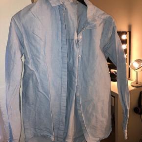 Fin lyseblå skjorte fra envii i str small Brugt en lille smule, fejler intet Byd gerne