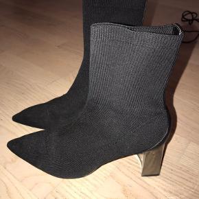 Sælger disse 'sock-boots' med en lille hæl. Meget behagelige at have på. Ikke brugt særlig meget og derfor i en pæn stand. Skriv gerne for mere info.