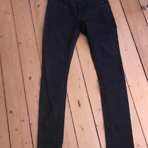 Varetype: Fede jeans Størrelse: W29 L32 Farve: Mørkeblå Prisen angivet er inklusiv forsendelse.